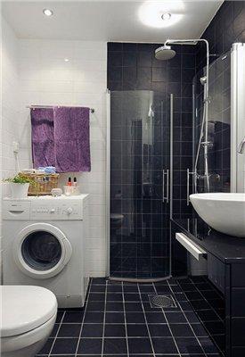 Стиральная машина в ванной комнате с душевой кабиной