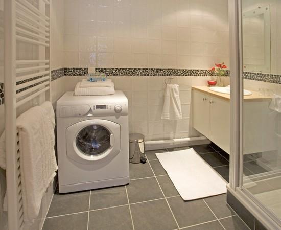 Стиральная машина удачное размещение в ванной комнате