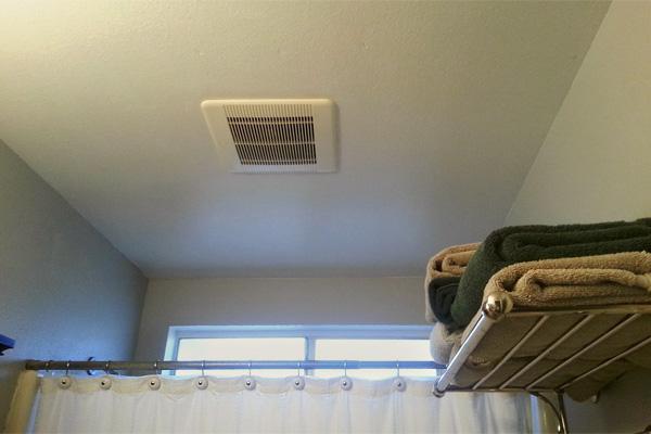 Потолочный вытяжной вентилятор в ванной и душевой