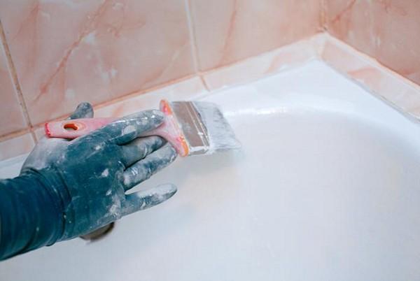 Нанесение эмали при реставрации ванны