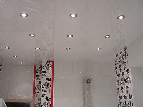 Глянцевые натяжные потолки для ванной