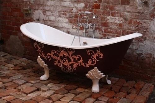 На фото изобразили нестандартную чугунную ванну