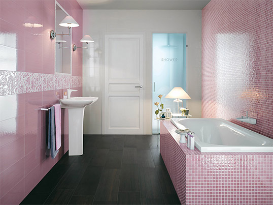 Розовая мозаика в ванной комнате