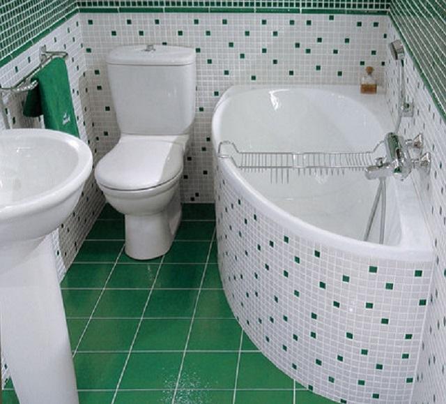 Угловая треугольная ванна в маленькой ванной комнате (хрущёвке и подобных зданиях)