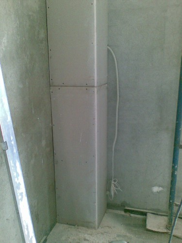 Обшиваем трубы в ванной