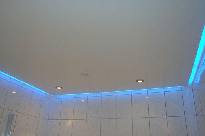 натяжной потолок в маленькой ванной фото