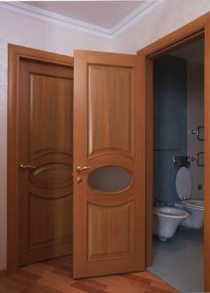 Деревянная дверь в санузел