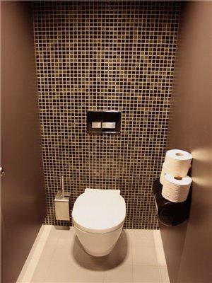 Чем отделать стены в туалете кроме плитки
