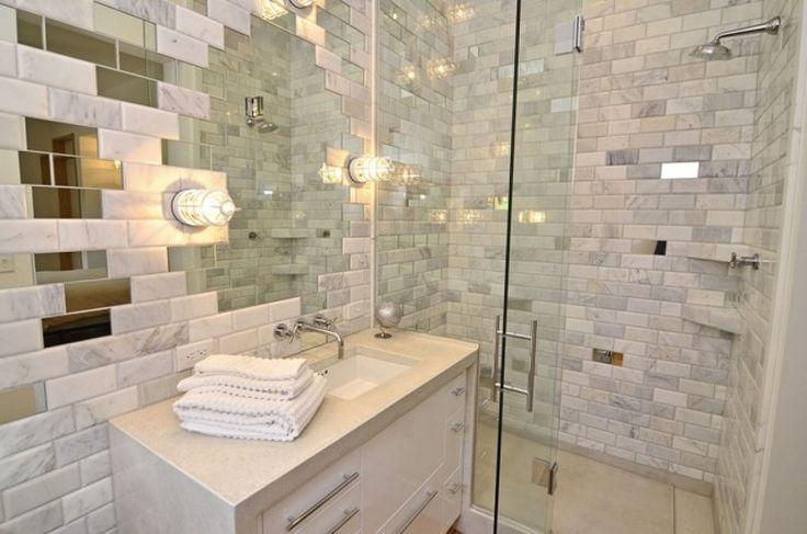 Элементы зеркальной плитки хорошо подойдёт для ванных в хрущёвках