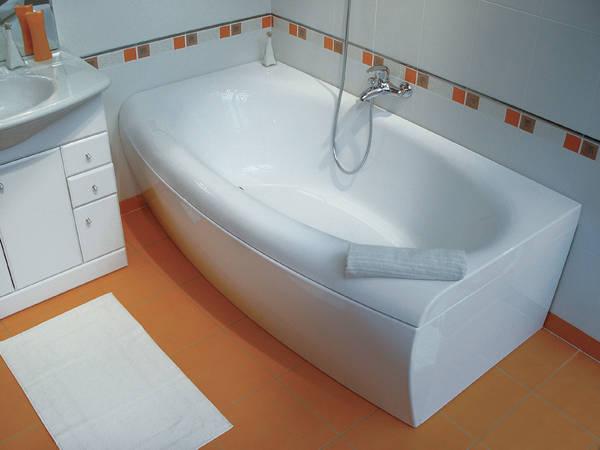 Как выглядит акриловая ванна в маленькой ванной комнате