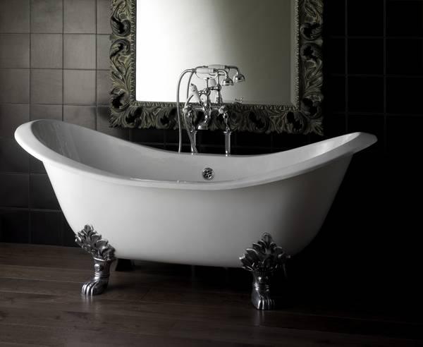 Белая чугунная ванна на ножках - выглядит богато