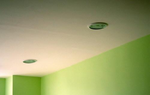 Иногда потолок лучше и проще покрасить водостойкой краской