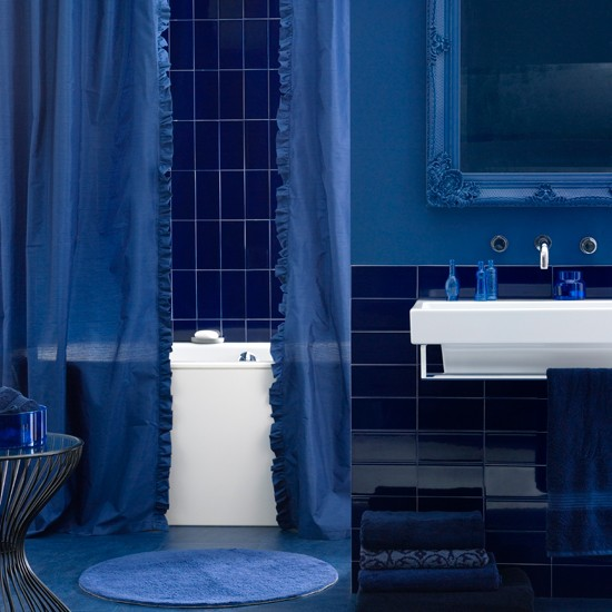 Облицовка стен ванной комнаты синей керамической плиткой (чернильный цвет)