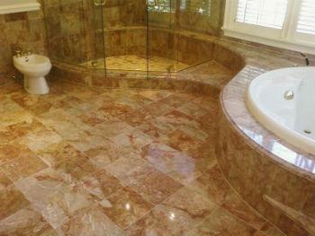 Керамогранит для пола в ванную комнату считается самым надежным и доступным напольным покрытием