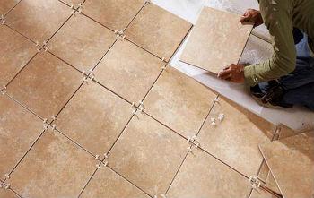 Керамическую плитку на деревянный пол в ванной необходимо класть, учитывая правила