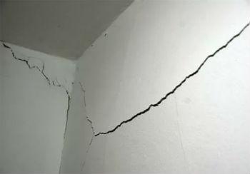 Перед тем, как начинать делать подвесной потолок в ванной комнате своими руками, следует закончить все работы по прокладке коммуникаций