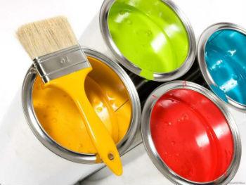Выбирая, какой краской покрасить потолки в ванной, стоит начать сравнение характеристик с «водоэмульсионки»