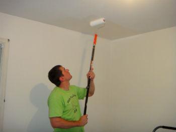 Потолок красят внахлёст полосами по 5 см