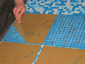 Процесс выкладывания мозаики на пол весьма кропотлив и трудоёмок, соответственно, и цена за такую работу может быть значительной