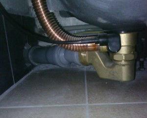 Полуавтоматический слив-перелив для ванны – это две соединённые между собой трубки через сифон