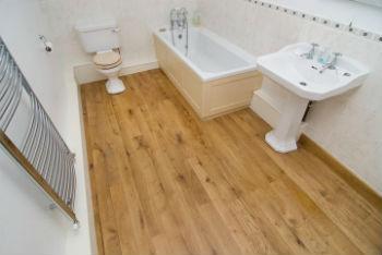 С чистовым полом в ванной в деревянном доме все достаточно просто – он из дерева, укладывается по лагам
