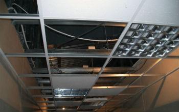 Потолки в ванную комнату Армстронг состоят из двух конструктивных элементов