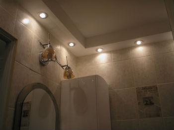 Широкий ассортимент вариантов дизайна потолков из гипсокартона в ванной позволяет дополнить с помощью такой отделки любой интерьер в помещении
