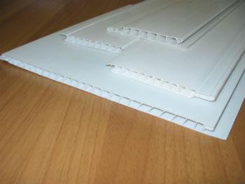 Использовать пластиковые элементы для создания подвесного потолка намного проще, чем пользоваться гипсокартоном