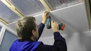 Установку начинают с разметки, которую проще наносить, когда плитка уже уложена на стены