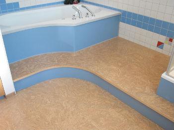 Пробковый пол в ванной комнате имеет много преимущества перед другими напольными покрытиями