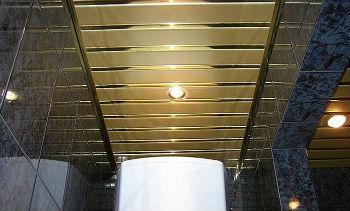 Подвесной реечный потолок для ванной комнаты состоит из нескольких конструктивных элементов