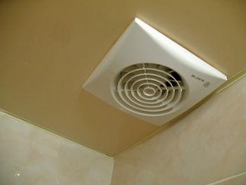 Монтаж вентиляции в потолке в ванной проводится уже после натягивания плёнки
