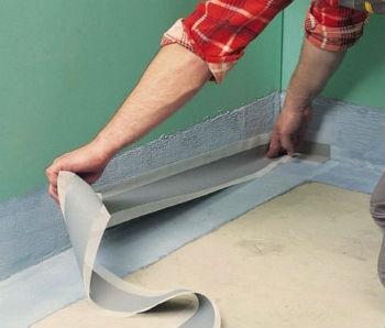 Первым делом нужно сделать герметичными вскрытые швы между полом и стеной