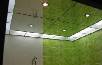 Зеркальный потолок в ванной комнате визуально расширяет и максимально увеличивает пространство маленьких помещений