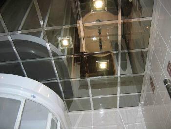 Второе название этой конструкции — зеркальный реечный потолок в ванную