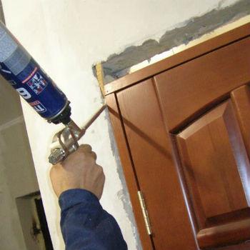 Работа начинается с демонтажа старой двери