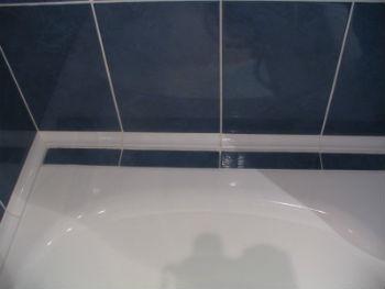 Главными причинами появления щелей между чашей ванны и стеной можно назвать неправильные геометрические размеры помещения