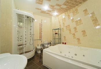 Выбирая потолок в ванной из керамической плитки, можно получить много преимуществ