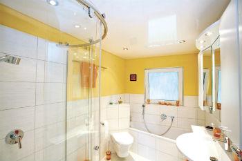 Обзор плюсов и минусов натяжных потолков в ванной следует начать с такого преимущества, как идеально ровная поверхность