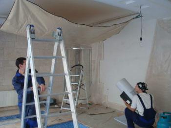 В процессе нанесения отметок на ограждающие конструкции рекомендуется использовать уровень и выбирать расстояние от поверхности базового потолка до натягиваемой плёнки не меньше 40 мм