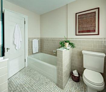 Самый распространённый и привычный материал для облицовки стен в ванной является обычная керамическая плитка