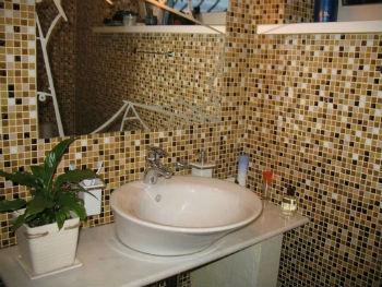Среди особенностей пластиковых элементов, имитирующих мозаичную плитку, главной является простота их установки
