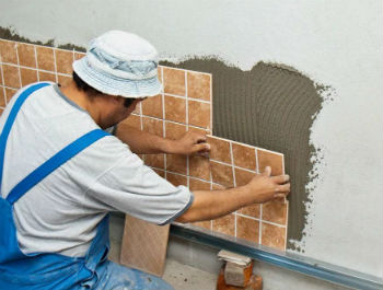 Основные правила укладки плитки из ПВХ на стены в ванной мало отличаются от монтажа обычного кафеля