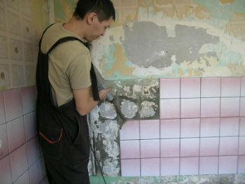 Среди главных требований к стенам, на которых укладывается кафель, стоит отметить отсутствие трещин и «волн»