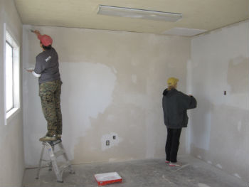 При подготовке стен в ванной комнате под плитку используют электроинструмент, строительный уровень и правило для окончательного выравнивания
