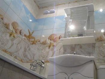 Среди преимуществ, которые можно получить, выбирая отделку стен в ванной комнате панелями ПВХ, стоит отметить отсутствие подготовки стен