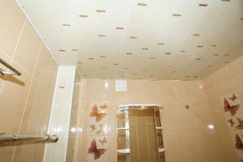 К преимуществам, которые может предоставить панель ПВХ для потолка в ванной, стоит отнести возможность скрыть неровности потолка