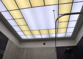 К основным преимуществам отделки потолка в ванной стеклом можно отнести высокую степень влагоустойчивости такого перекрытия