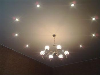 В ванных комнатах можно использовать различные варианты светильников