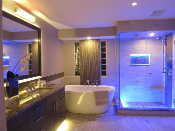 Количество осветительных приборов, устанавливаемых на потолке ванной, зависит от высоты и площади помещения, а также мощности светодиодов